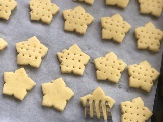 红薯曲奇饼干,用叉子叉出3排小孔,防止在烘烤的过程中膨胀变形。