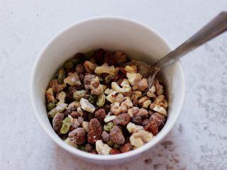 果仁红糖发面饼,把所有的馅料,用勺子搅拌均匀即可。