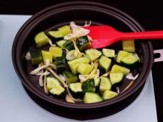 时蔬海虾刀削面,这个时候加入黄瓜丁。