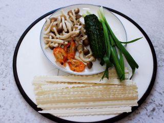 时蔬海虾刀削面,首先备齐所有的食材。