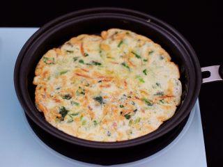 鹅蛋菠菜早餐饼,煎至两面金黄色即可。