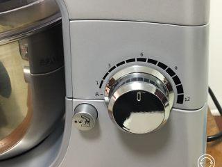 奶酪双吐司,转中速搅拌5分钟。