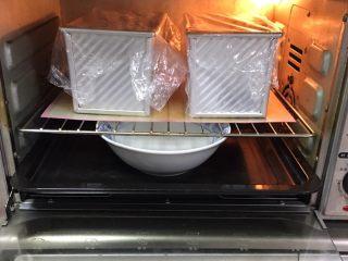 奶酪双吐司,送入烤箱两次发酵,方法同上也是60分钟。