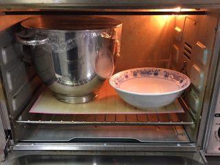 奶酪双吐司,送入烤箱发酵档,旁边放一碗热水,发酵60分钟。