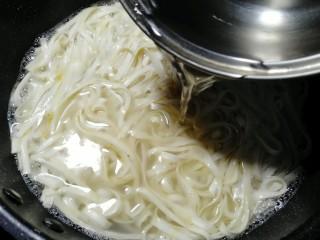 油菜蛋炒面,加一碗冷水煮开