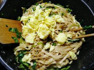 油菜蛋炒面,加入蛋块