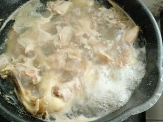 海带鸭子汤,开后撇去浮沫