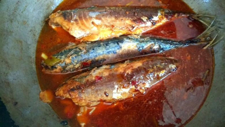 香辣鲅鱼,加入适量清水没过鲅鱼,大火烧开