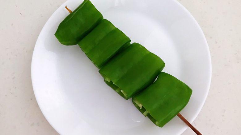 秘制烤辣椒,把辣椒段用竹签穿起来