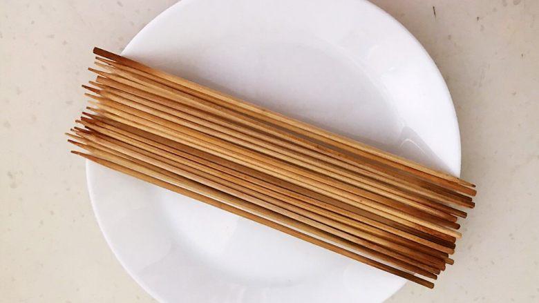 秘制烤辣椒,把竹签子用开水烫一下