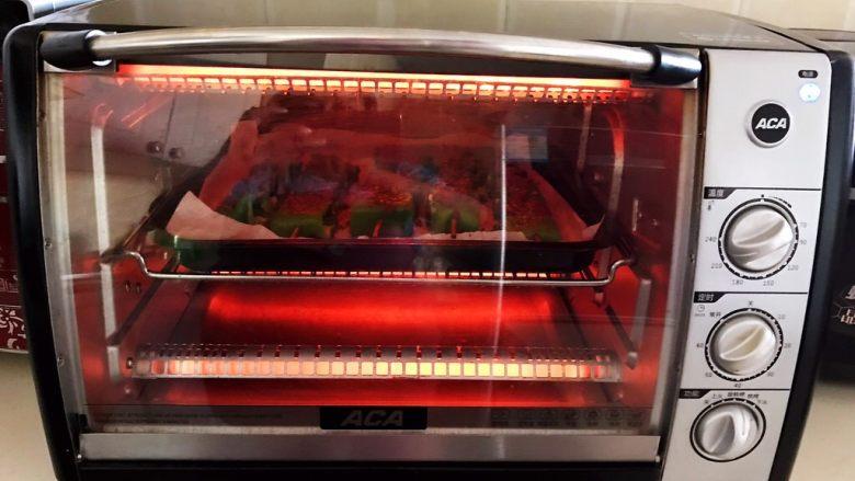 秘制烤辣椒,把烤盘再放入烤箱,继续烧烤8分钟