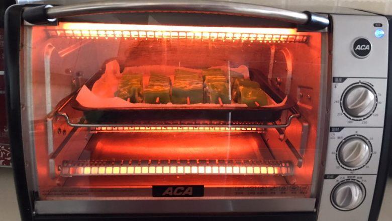 秘制烤辣椒,把烤盘放入预热好的烤箱里,上下火200W烤10分钟