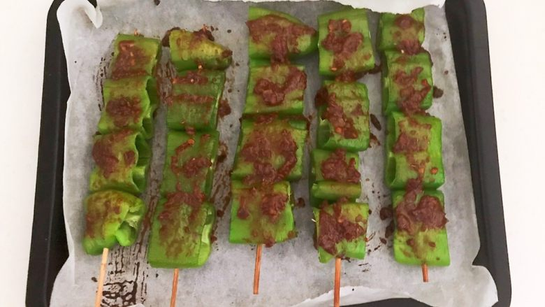 秘制烤辣椒,把辣椒串两面都刷一层秘制烧烤酱