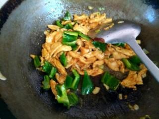 杏鲍菇青椒炒鸡肉,加入青椒翻炒