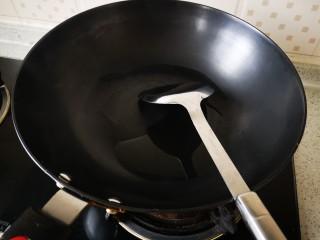 豆芽炒粉条,热锅放油