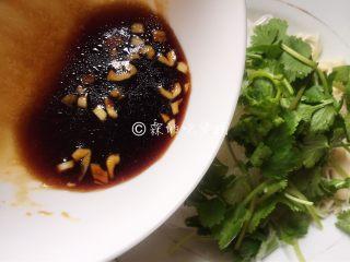 一清二白的粉丝拌金针菇,香菜切段放入金针菇和粉丝中,倒入调好的酱汁。