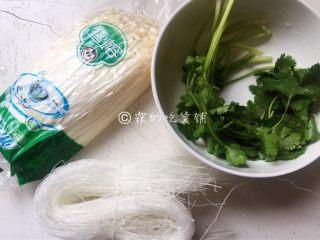 一清二白的粉丝拌金针菇,食材。