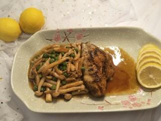 健康低卡香煎鲈鱼,完成。这美味减脂的减肥餐就完成了。