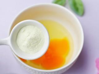 奶香蔓越莓米粉球,加入2勺澳优爱优奶粉。