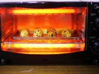 奶香蔓越莓米粉球,放入预热好的烤箱,180℃烤10分钟即可。