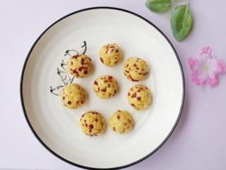 奶香蔓越莓米粉球,搓成一个面团状,分成大小均等的小剂子搓成圆球。
