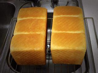 奶酪双吐司,烤完立即倒扣脱模冷却。