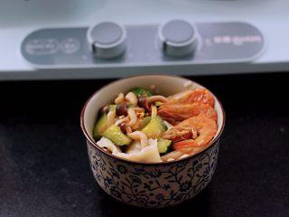 时蔬海虾刀削面,把煮熟的刀削面放到碗里,上面浇上做好的浇头即可。