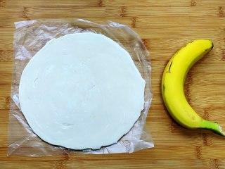 懒人版香蕉酥,首先把需要的食材准备好,手抓饼提前拿出来解冻,香蕉最好用比较熟的那种,口感会更好。