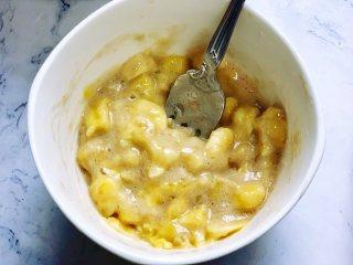 懒人版香蕉酥,用勺子搅拌均匀,香蕉馅就做好了。这样拌好的香蕉馅可以吃出有颗粒感的香蕉,馅料也不会太稀而溢出来。