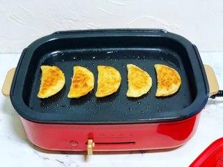 懒人版香蕉酥,煎至两面金黄即可出锅装盘。