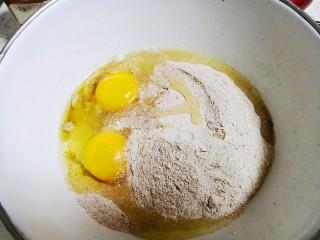 减肥小馒头,把面粉,酵母粉,鸡蛋个油全部混合。