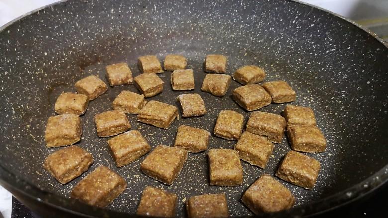 减肥小馒头,把切好的小面片摆放在平底锅小火慢煎。