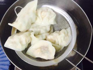 芹菜玉米猪肉馅饺子,将煮熟后的饺子捞起装盘