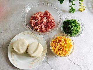 芹菜玉米猪肉馅饺子,准备好食材,<a style='color:red;display:inline-block;' href='/shicai/ 4346/'>饺子皮</a>是买的也可以自己擀皮