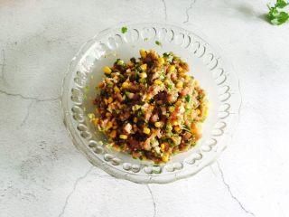 芹菜玉米猪肉馅饺子,将所有的食材搅拌均匀