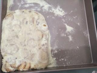 雪花酥,放入抄均匀的雪花酥馅料,用铲子整理成长方型,表面压平并洒上适量奶粉。