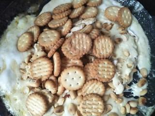 雪花酥,马上放入花生和饼干。