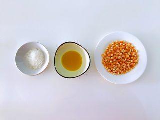 原味爆米花,买回来专门爆米花的小玉米粒,街上一般都有买的,没有的话就网购好了,很方便的,用清水冲洗干净,拿厨房纸吸干水分,没有厨房纸的提前洗净后沥水,晾干水分就可以了。总之,玉米粒保持干净无水分为原则。