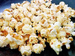 原味爆米花,听不见砰砰砰的声音,说明已经好了,快速的倒入糖,翻动或者晃动锅让爆米花均匀地沾上糖。