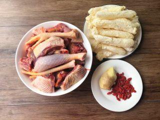 竹荪鸡汤,首先把食材准备好:鸡一只,买的的时候让店家杀好,处理干净,砍成小块待用,竹荪适量,生姜15克,枸杞适量,放入盘里待用。