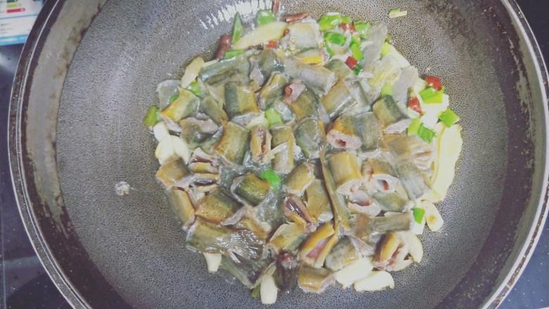 红烧泥鳅鲢胡,先加入泥鳅,爆炒一分钟