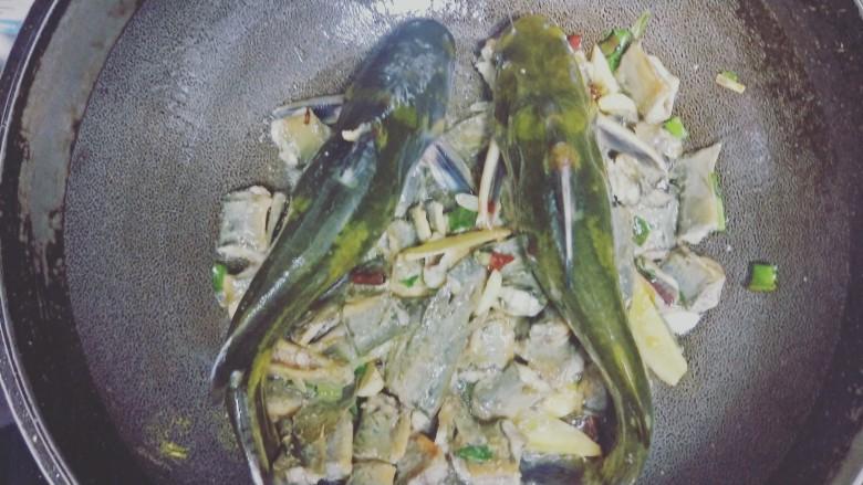 红烧泥鳅鲢胡,放入鲢胡,煎至两面金黄