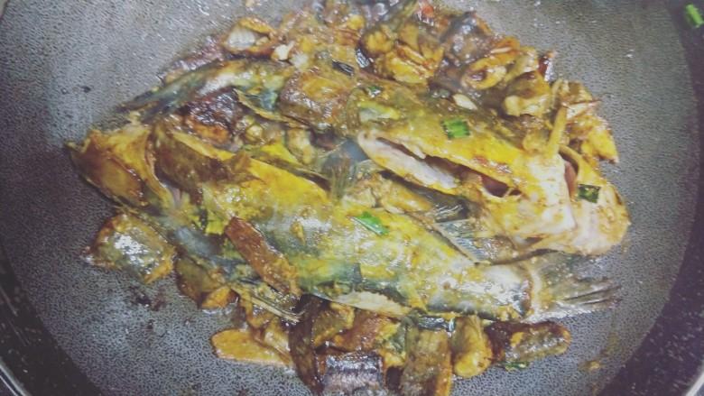 红烧泥鳅鲢胡,倒入白醋去腥,酱油显色