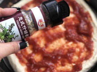 意式烤肠披萨,撒少许意式什锦香料。