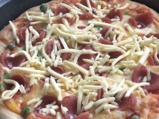 意式烤肠披萨,再薄薄放一层芝士。200度烤5分钟即可。