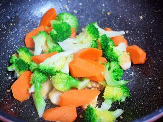 西兰花炒鸡胸肉,加入胡萝卜和西兰花,翻炒均匀