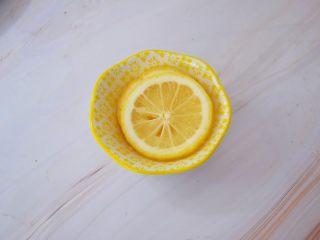 黄瓜汁,柠檬先用盐搓洗外皮,再冲洗干净后切片去籽备用