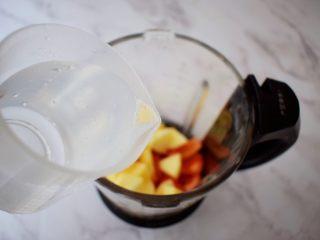 苹果番茄汁,加入纯净水