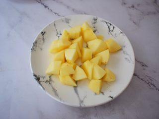 苹果番茄汁,将苹果洗净,去皮及核,切成小块待用