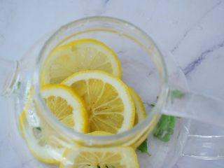 柠檬薄荷饮,加入柠檬